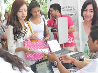 Puluhan wanita cantik Bandung berbondong-bondong memadati meja registrasi Miss Celebrity 2014, (27/9). (Liputan6.com/Panji Diksana)