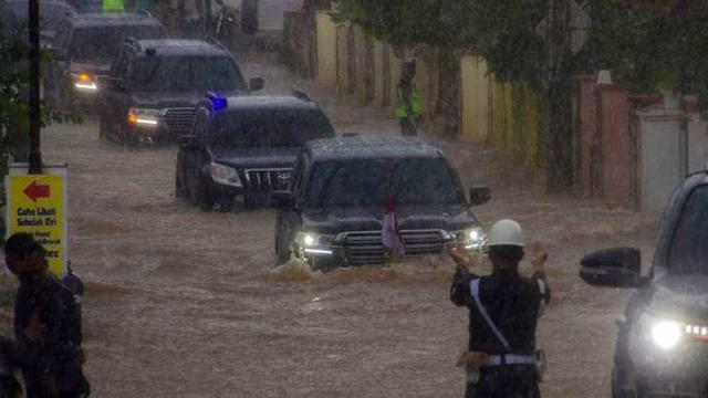 Mobil Land Cruiser Presiden Jokowi Menerobos Banjir di Kalimantan Selatan (Antara)