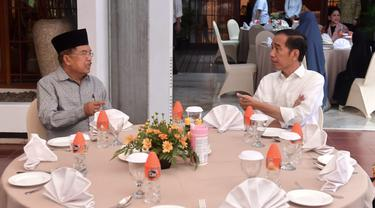 Presiden Jokowi bertamu ke kediaman Wakil Presiden Jusuf Kalla di Kota Makassar, Sulawesi Selatan. (Biro Pers)