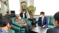 Dubes RI untuk Jepang Heri Akhmadi menerima kunjungan Wali Kota Oarai, Yutaka Kunii di Gedung KBRI Tokyo. (Foto: KBRI Tokyo)