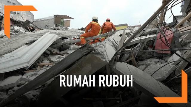 Sebuah Rumah di kawasan Tanah Tinggi Johar Baru Jakarta Pusat Rubuh. BPBD Jakarta Pusat berhasil mengevakuasi 9 orang korban. Diperkirakan masih ada 5 korban lagi yang tertimbun di dalam bangunan.
