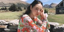 Min Hyo-rin tengah hamil dan menantikan kelahiran anak pertamanya bersama Taeyang, ia kerap terlihat memesona mengenkan pakain bermotif bunga seperti di foto ini. Ia mengenakan long sleeve crop top bermotif bubgan merah dan hijau. Instagram @hyorin_min
