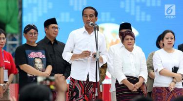 Kunjungi Festival Sarung Indonesia 2019, Jokowi Coba Alat Tenun