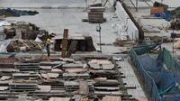Penampakan pembangunan Proyek Jalan layang Non Tol Akses Pelabuhan Tanjung Priok-Simpang Jampea, Jakarta Utara, Selasa (28/7/2015). Kementerian PU menargetkan pembangunan jalan layang Non Tol selesai akhir tahun 2015. (Liputan6.com/JohanTallo)