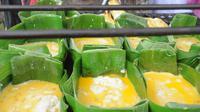 Proses pemanggangan pempek lenggang yang menjadi salah satu pilihan sarapan khas Kota Palembang (Liputan6.com / Nefri Inge)