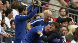 Pelatih Chelsea, Antonio Conte melakukan selebrasi bersama asisten pelatihnya usai bek Chelsea, Marcos Alonso mencetak gol kedua ke gawang Tottenham Hostpur pada Liga Inggris di Stadion Wembley di London, (20/8). (AFP Photo/Ikimages/Ian Kington)