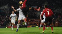 Duel udara dilakukan Romelu Lukaku dan Ben Mee pada laga lanjutan Premier League berlangsung di stadion Old Trafford, Manchester, Rabu (30/1). Man United ditahan imbang 2-2 kontra Burnley. (AFP/Paul Ellis)