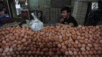 Pedagang telur menunggu pembeli di Pasar Kebayoran Lama, Jakarta, Kamis (3/1). Badan Pusat Statistik (BPS) mengumumkan inflasi bulanan pada Desember sebesar 0,62% sehingga inflasi tahunan mencapai 3,13% pada 2018. (Liputan6.com/Herman Zakharia)