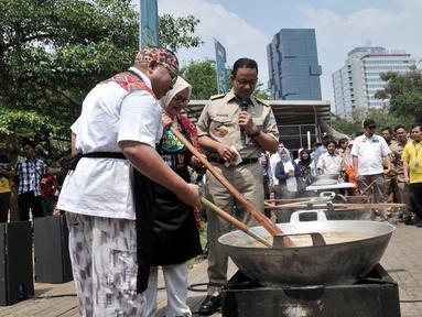 Gubernur DKI Jakarta Anies Baswedan menyaksikan istri Fery Farhati dan chef Ragil memasak salah satu menu olahan daging kurban saat peluncuran Dapur Kurban di Monas, Jakarta, Senin (12/8/2019). (merdeka.com/Iqbal S. Nugroho)