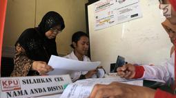 Petugas PPS Kelurahan Menteng mengecek Daftar Pemilih Tetap (DPT) di Kelurahan Menteng, Jakarta, Rabu (17/10). Kegiatan tersebut merupakan bagian dari program Gerakan Melindungi Hak Pilih (GMHP). (Merdeka.com/Imam Buhori)