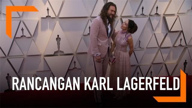 Pasangan Jason Momoa dan Lisa Bonet mengenakan pakaian yang dirancang oleh Karl Lagerfeld di Oscar 2019. Ini rancangan Karl terakhir sebelum ia meninggal pada 19 Februari 2019.