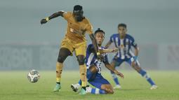 Pada pekan pertama BRI Liga 1 2021/2022 menghadapi Persiraja Banda Aceh, Ezechiel N'Douassel memborong dua gol kemenangan Bhayangkara FC yang tuntas dengan skor 2-1. Gol tersebut adalah gol ketiganya berseragam Bhayangkara FC dan gol ke-39 nya di Liga 1. (Foto: Bola.com/M. Iqbal Ichsan)