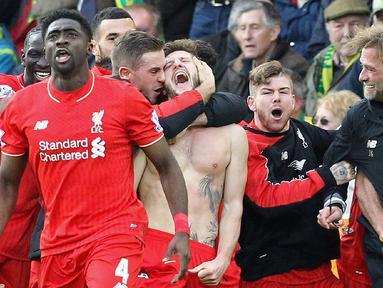 Pemain Liverpool, Adam Lallana (tengah), merayakan gol penentu yang dicetaknya di menit ke-90+2 ke gawang Norwich City dalam laga Liga Inggris di Stadion Carrow Road, Norwich, Sabtu (23/1/2016). Liverpool menang 5-4. (AFP/Lindsey Parnaby)