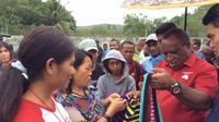 Calon Gubernur Papua, john Wempi Wetipo melihat noken. (Liputan6.com / Kathatrina Janur)