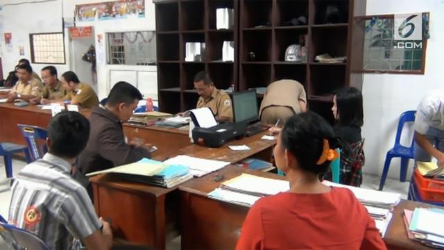 Puluhan ribu warga gunung Sitoli memadati kantor dinas kependudukan dan catatan sipil karena mereka masih belum memiliki e-ktp.