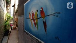 Mural menghiasi tembok rumah warga RT 02/RW 07 Kampung Warna-warni, Kelurahan Pengadegan, Jakarta Selatan, Selasa (10/12/2019). Mural di kampung ini dibuat dari dana swadaya warga setempat. (merdeka.com/Imam Buhori)
