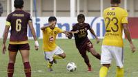 Pemain PSM Makassar, Yakob Sakuri, berebut bola dengan pemain Kaya FC-Iloilo, Arnel Abulog, pada laga penyisihan Grup H Piala AFC di Stadion Madya, Jakarta, Selasa (10/3/2020). Kedua tim bermain imbang 1-1. (Bola.com/M Iqbal Ichsan)