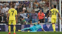 Pemain Villarreal, Bruno Soriano (kanan), mencetak gol melalui penalti ke gawang Real Madrid pada laga La Liga 2016-2017 di Stadion Santiago Bernabeu, Kamis (22/9/2016) dini hari WIB. (AFP/Curto De La Torre)