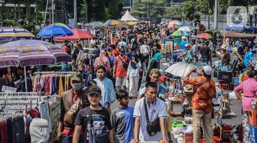 Pedagang kaki lima (PKL) berjualan di kawasan Jalan Sumenep, Jakarta, Minggu (17/11/2019). Setelah adanya larangan berjualan saat car free day (CFD) di kawasan Bundaran Hotel Indonesia, para PKL kini menjajakan dagangannya di Jalan Sumenep dan Jalan Pamekasan. (Liputan6.com/Faizal Fanani)