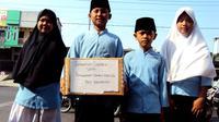"""Murid SDN 62 Kota Bengkulu melakukan aksi """"ngemis"""" di persimpangan jalan karena persoalan lahan sekolah mereka tak kunjung selesai. (Yuliardi Hardjo)"""