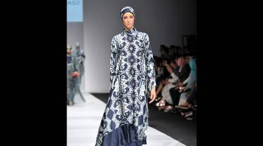 Koleksi Itang Yunasz bertajuk Exotic Journey di pamerkan di Jakarta Fashion Week 2015, Minggu (2/11/2014). (Liputan6.com/Panji Diksana)