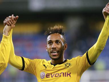 Penyerang Dortmund, Pierre-Emerick Aubameyang berhasil mencetak hattrick pada laga Liga Europa melawan FK Qabala di Stadion Backcell Arena, Azerbaijan, Jumat (23/10/2015). (Reuters/David Mdzinarishvili)
