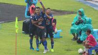 M. Rafli menyumbangkan satu gol untuk Arema FC pada menit 26' ketika melawan Bali United di Stadion Kanjuruhan, Kab. Malang, Senin (16/12/2019). (Bola.com/Iwan Setiawan)