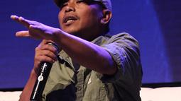 Penulis Dilan 1990 Pidi Baiq saat menyampaikan materi dalam diskusi panel di acara XYZ Day 2018 di The Hall, Senayan City, Jakarta, Rabu (25/4). (Liputan6.com/Herman Zakharia)