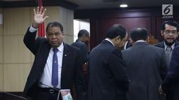 Hakim Konstitusi Arief Hidyat melambaikan tangan saat pemilihan MK di Jakarta, Senin (2/3). Sembilan hakim konstitusi melakukan voting untuk memilih ketua yang baru. (Liputan6.com/Angga Yuniar)