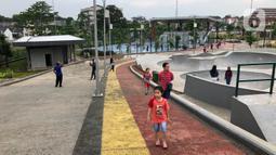 Pengunjung menikmati suasana Alun-alun Kota Depok, Jawa Barat, Senin (24/2/2020). Meskipun memasuki musim hujan, namun Alun-alun Kota Depok masih menjadi pilihan bagi sebagian warga untuk berolahraga dan berekreasi. (Liputan6.com/Immanuel Antonius)