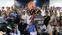 Pangkostrad TNI, Edy Rahmayady (tengah), Manager Persib Bandung, Umuh Muchtar (kiri) dan kelompok 85 berfoto bersama di Grand Rubina Business Park, Jakarta, Selasa (24/5/2016). (Bola.com/Nicklas Hanoatubun)