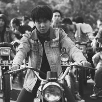 Saat berakting di film Dilan 1990, karisma Iqbaal benar-benar terlihat. Lantaran aktingnya, banyak kaum hawa yang terkesima dengan cowok kelahiran 28 Desember 1999 ini. (Foto: instagram.com/iqbaal.e)