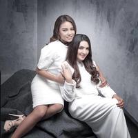 Beberapa waktu silam, Ashanty dan Aurel juga tampil kompak dengan mengenakan busana putih. Mereka terlihat begitu cantik dengan balutan makeup tipis. (Foto: instagram.com/aurelie.hermansyah)