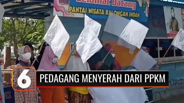 Tempat wisata tutup beberapa minggu semenjak PPKM. Di Kabupaten Indramayu, para pedagang di lokasi wisata mengibarkan bendera putih, sebagai tanda tak sanggup dan protes.