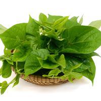 Mengolah daun ubi jalar./Copyright shutterstock.com