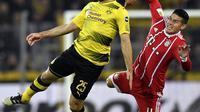 Duel pemain Dortmund, Sokratis (kiri) dan pemain Bayern, James Rodriguez pada lanjutan Bundesliga di Signal Iduna Park, Dortmund, (4/11/2017). Bayern menang 3-1. (AP/Martin Meissner)
