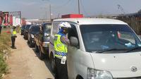 Jajaran Polresta Bandung memeriksa kendaraan yang melintas dari Tol Cileunyi, Kabupaten Bandung, Jumat (7/6/2021). Operasi Ketupat Lodaya 2021 itu dilakukan sebagai pemegakan larangan mudik lebaran.