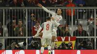 Perayaan gol Van Dijk pada leg kedua, babak 16 besar Liga Champions yang berlangsung di Stadion Allianz Arena, Munchen, Kamis (14/3). Liverpool menang 3-1. (AFP/Odd Andersen)