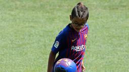 Putra gelandang baru Barcelona Arturo Vidal, Alonso Vidal mengontrol bola selama presentasi dirinya di stadion Camp Nou, Spanyol, (6/8). Vidal dibeli Barcelona dari klub Jerman, Bayern Munchen. (AP Photo/Manu Fernandez)