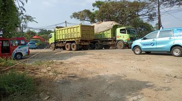 Aktivitas Dump Truk di Jalan Raya Perancis, Kota Tangerang