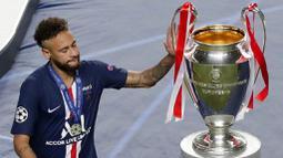 Striker Paris Saint-Germain, Neymar, hanya memegang trofi Liga Champions usai ditaklukkan Bayern Munchen pada laga final di Stadion The Luz, Portugal, Senin (24/8/2020). Kekalahan ini membuat PSG gagal meraih gelar Liga Champions pertamanya. (AP/Manu Fernandez, Pool)