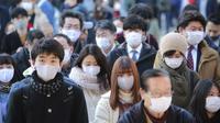 Orang-orang yang memakai masker wajah melakukan tradisi doa untuk Tahun Baru pada hari kerja pertama tahun ini di Kuil Kanda Myojin, di Tokyo, Jepang, Senin (4/1/2021).  Masyarakat Jepang berdoa bersama di kuil tersebut untuk memohon kelancaran bisnis. (AP Photo/Koji Sasahara)