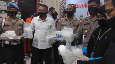 Barang  bukti sabu yang disita Polda Riau dari jaringan narkoba internasional.