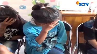 Empat remaja perempuan ditangkap polisi karena tega mengeroyok temannya.