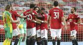 Para pemain Manchester United merayakan gol yang dicetak oleh Bruno Fernandes ke gawang West Bromwich Albion pada laga Liga Inggris di Stadion Old Trafford, Minggu (22/11/2020). MU menang dengan skor 1-0. (Martin Rickett/Pool via AP)