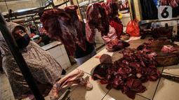 Warga membeli daging di Pasar Induk Kramat Jati, Jakarta, Kamis (8/4/2021). Pemerintah melalui Menteri Pertanian Syahrul Yasin Limpo, menegaskan, siap melakukan intervensi jika stok daging langka dan terdapat lonjakan harga pada bulan Ramadan dan menjelang lebaran. (Liputan6.com/Johan Tallo)