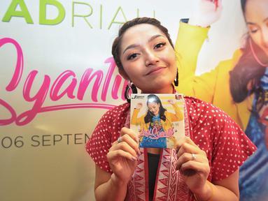 """Pedangdut Siti Badriah menunjukan album terbarunya berjudul 'Lagi Syantik' di kawasan Cideng, Jakarta, Kamis (6/9). Single """"Lagi Syantik"""" telah ditonton lebih dari 200 juta kali di situs YouTube. (Liputan6.com/Faizal Fanani)"""
