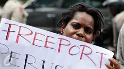 Massa yang tergabung dalam Aliansi Mahasiswa Papua dan FRI-West Papua membentangkan tulisan saat berunjuk rasa di Jakarta, Jumat (7/4). Mereka menuntut penutupan PT Freeport. (Liputan6.com/Helmi Fithriansyah)