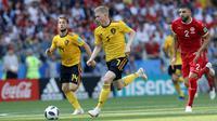 Gelandang Belgia, Kevin De Bruyne, menggiring bola saat melawan Tunisia pada laga grup G Piala Dunia di Stadion Spartak, Moskow, Sabtu (23/6/2018). Belgia menang 5-2 atas Tunisia. (AP/Hassan Ammar)