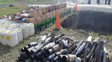 Ribuan liter miras dan knalpot bising yang dimusnahkan aparat Polda Sulut.